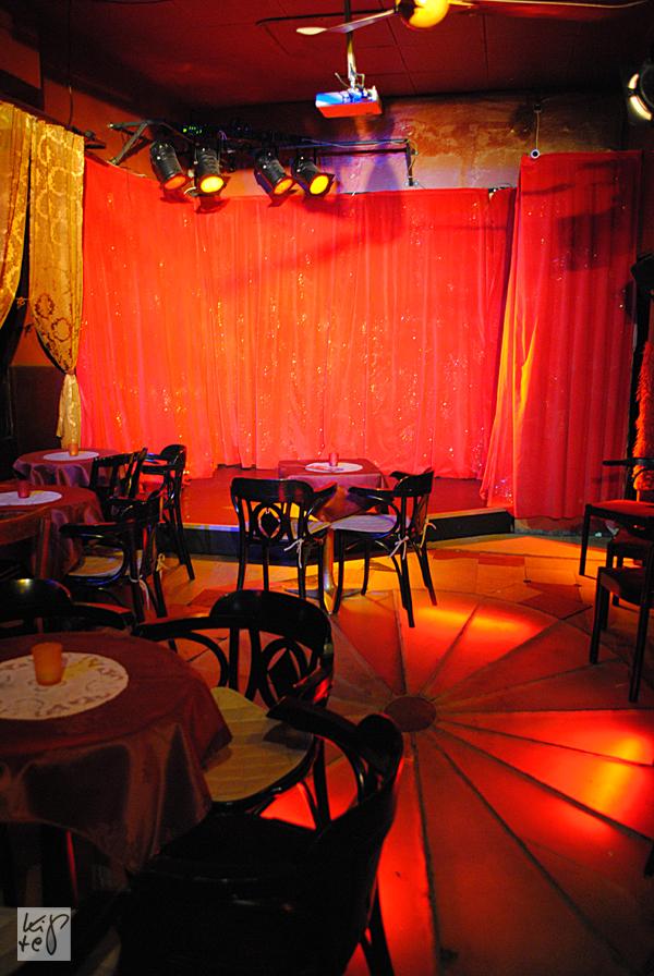 Rund 50 Personen passen ins schwülstig-plüschige Theatercafé.