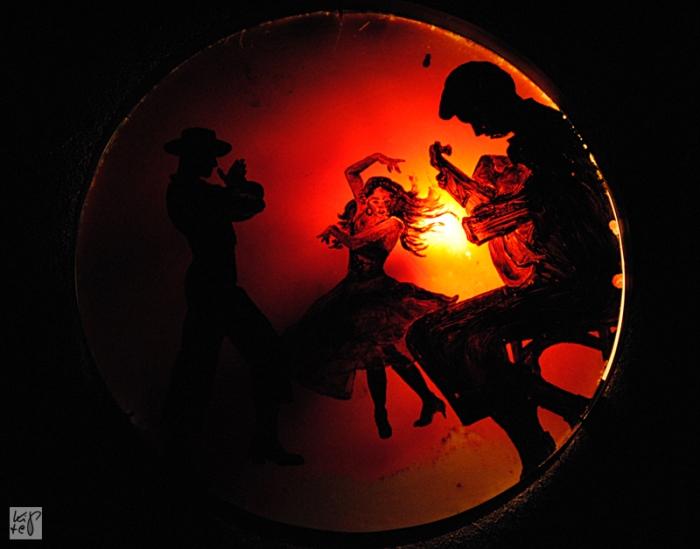 Schummrige Beleuchtung mit Flamenco-Elementen.