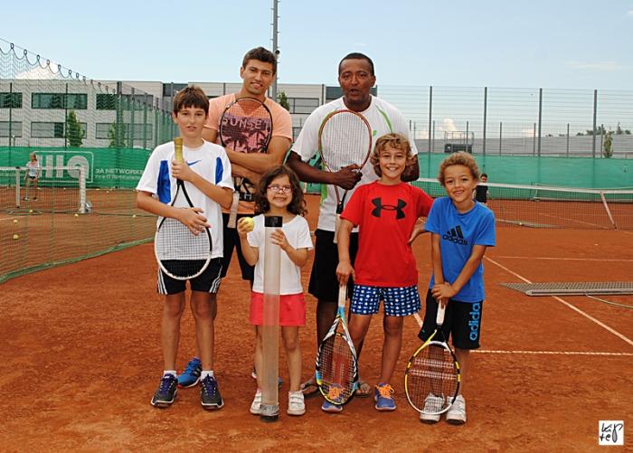 Spaß im Sommercamp: Christian S (10 Jahre), Trainer Philip Sarafov, Eléonore K. (5 Jahre), Tenniscrack Fabrice D'Hondt, Felix G. (9 Jahre) und Nadal-Fan Felix D'Hondt (6 Jahre) (v.l.n.r.)