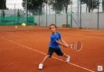 Tennisjungstar und Nadal-Fan Felix (6 Jahre) zeigt sein Können.