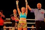 Kampfrichter Ernst Salzgeber kürt Eva Voraberger zur neuen Boxweltmeisterin