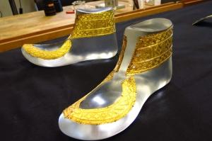 Reichtum der Kelten: goldene Schuhbeschläge für den Fürsten von Hochdorf. © ZDF | Jeremy Hall, BBC
